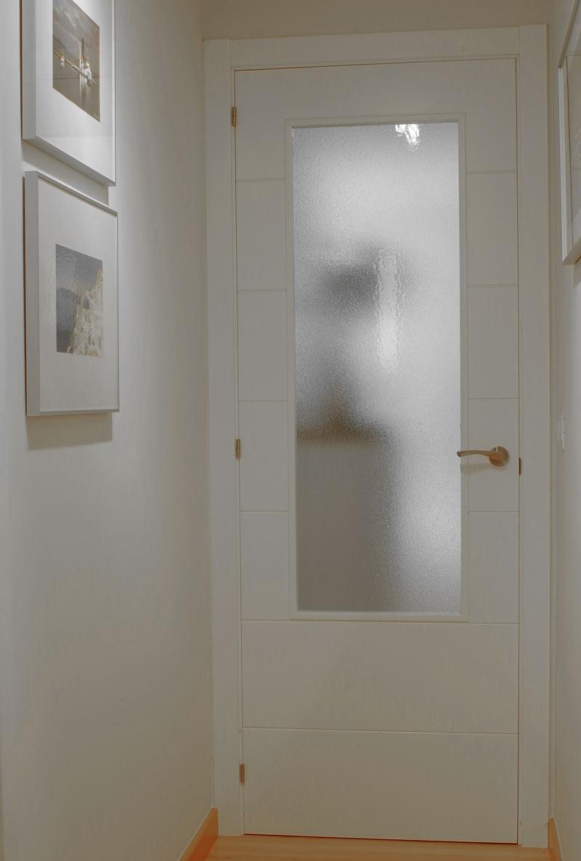 vidrio impreso en puerta de paso de vivienda moderna